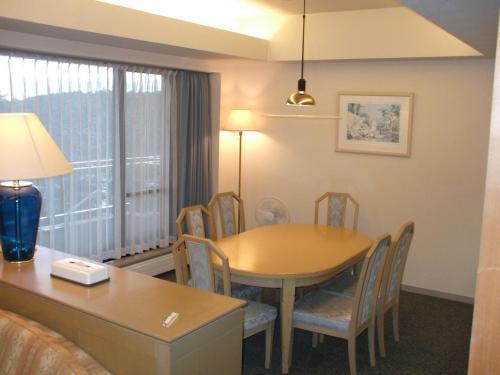 このホテルは会員制リゾートクラブ「セラヴィリゾート泉郷」の中心的ホテルで、ホテル棟が1つ、アネックス棟が3棟もある。写真:客室の大きなダイニングテーブル