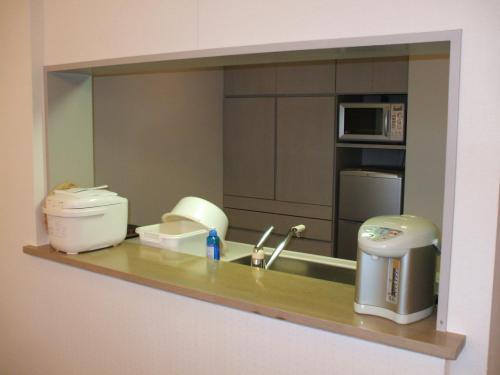 大型冷蔵庫、電子レンジ、電熱用コンロ等、フルキッチン付きである。私の家のキッチンよりも洗練されていて使い易い。長期滞在したくなる。