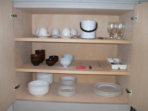 客室定員は5名。5名分の食器が揃っている。包丁、まな板、鍋、洗剤、たわし等はあるが、油や調味料は無い。よって自炊する場合は細かい準備が必要である。