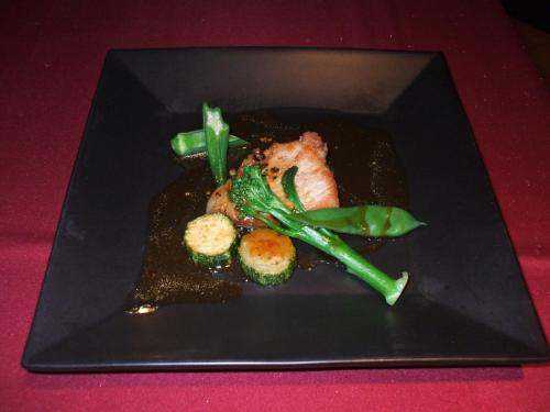 肉料理:科乃豚ロースのポワレ 黒胡椒風味(プラス1575円で蓼科牛ロースのグリエ 赤ワインソースに変更可)この豚ロースは絶品!
