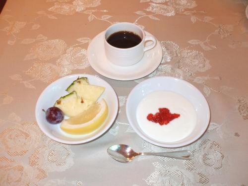 洋食中心の朝食のフルーツとヨーグルト。