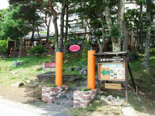 女神湖の周回道路からホテルのレストラン「ガーデンテラス」に直接入れるので、ランチタイムには一般客も入ってくる。