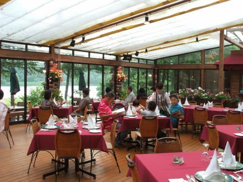 夏の夕暮れは遅い。午後6時でも外は十分明るく、周りの景色を楽しめる。ガーデンテラスの窓側の席に着席。写真:フランス料理レストラン「ル・プラトー」内フラワーガーデンテラス