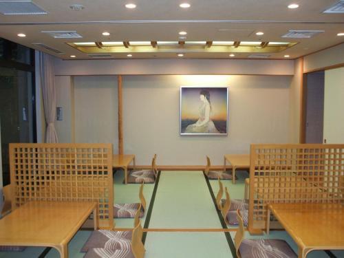 花いずみの店内。極めてシンプル。座敷に座ってくつろぎながら日本料理を堪能する。