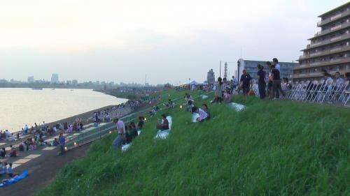 これが桟敷席です。 四人掛けと二人掛け(ラブシート)があります。 ラブシートは今年からかな。(去年は無かったような記憶があります)<br />江戸川を川上へ向かって見たところです。