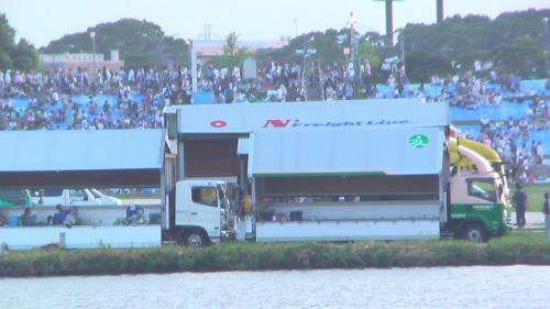 対岸の江戸川区側。 河原には 多くの花火を積んだ大型トラックが。