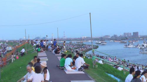 土手の上にも桟敷席が。<br />去年はここから見ました。<br />川下へ向かって一般の席(無料)には既に人が一杯。