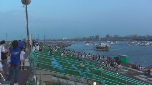 東京湾側(川下)には 屋形船やクルーザーが一杯。<br />これも日本の花火大会ならでは。