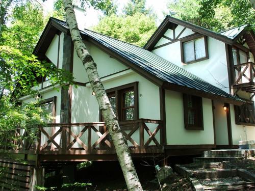 緑の森の中の綺麗なコテージ(写真)。セラヴィリゾート泉郷のメンバー宿泊料金(コテージ)は、別荘の逐年数の古い「ベーシック」と新しい「エクセレント」によって値段が違う。