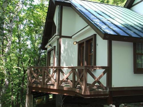 問題の宿泊料金は、夏のハイシーズンでも1人1泊ベーシックが3150円、エクセレントが4200円(いずれも税込サ別)写真:コテージのバルコニー