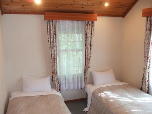 1階の玄関横の部屋がベッドルーム(写真)になっており、小さなベッドが2台ある。