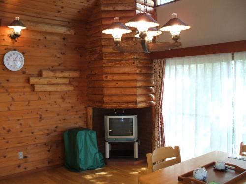 ログハウス風の室内(写真)に大感激する。天井が高く開放感もある。