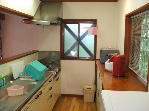 綺麗に整理されたキッチン(写真)後ろのサッシを開ければ緑の森である。