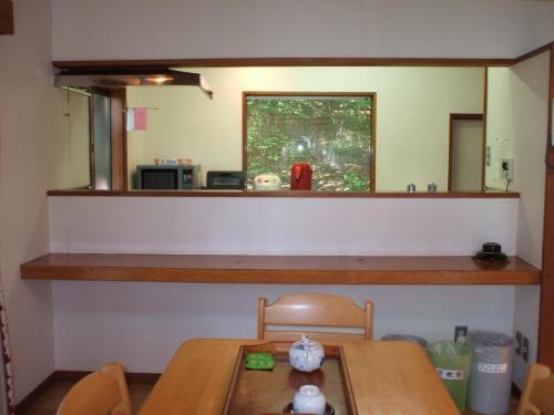 ダイニングテーブルからカウンター越しにキッチン(写真)が見える。私は、ここで4泊とも自炊するつもりで、食材をいっぱい買い込んできた。
