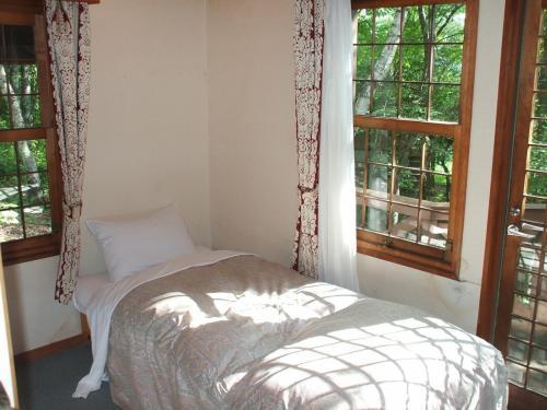 ベッドルームの窓を開ければ寝ころびながら森が見える。ただし、窓の開け閉めに苦労する。また、少しカビ臭いような気がする。それ以外は問題なし。