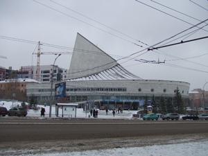 """■ロシア国立ノヴォシビルスク劇場<br />""""フォーキン・バレエの夕べ""""<br /><br /> 世界的なダンサーで、昨シーズンからこの劇場の芸術監督を務めているゼレンスキーが""""シェヘラザード""""を踊るということで行ってみました。考えることはみんな一緒なのか、観客がまばらだった昨日とはうって変わって9割以上の客の入りです(笑)。<br /><br />""""ショピニアーナ""""ではマズルカを踊ったクリスチーナ・スタロスチナの跳躍がとても軽やかで印象的です。ロマン・ポルコーブニクはあまりにも少年らしすぎて、この役に必要な浮世離れした雰囲気が足りなかったのですが、ソロもサポートもソツなくこなしていました。<br /><br /> 第2部は""""韃靼人の踊り""""だけなので15分程度。あっという間でした。男性ソリストのマクシム・グリシェンコフがパワフルでよかっただけに、「メイクと衣装、もうちょっとかっこよくしてあげて…。ついでに女性陣の衣装も…」と心の底から強く思いました。<br /><br /> そして最後は""""シェヘラザード""""です。ゾベイダのナタリア・エルショワはポーズもいいポジション研究しました、という感じで健闘していましたが、もうちょっと自然なお色気が欲しかったです。ゼレンスキーに関しては、地方都市に突然世界の横綱級が登場した形なので、バレエファンとしていいものを観たなぁと素直に思いました。<br /><br /><br />■旅行全体を通じて<br /><br /> なんと言っても、バレエが好きで今回この旅行を決行したようなものなので、まずバレエについてですが、男性の方がレベルの差が露骨に表れると実感しました。女性ソリストに関しては、ペルミ、エカテリンブルク、ノヴォシビルスクと、どの都市を比べてもそれほど差はありませんが、地方で「王子様」を見つけるのはとても難しいです。<br /><br /> 世界最高峰といわれるサンクトぺテルブルクのワガノワ・バレエ・アカデミーでさえ、才能ある少年を数多く確保するのは難しくなっているそうですから、地方は推して知るべしなのかもしれません。また、才能ある卒業生はどんどん中心都市、または海外へ流れて行ってしまうそうですから、当分地方都市にとっては厳しい時代が続きそうです。<br /><br /> ですが、全般に芸術施設というハコに関しては、地方であっても全く見劣りはしません。もちろん中身のほうは格差を感じずにはいられませんでしたが、モスクワやサンクト・ペテルブルクのチケット価格が実力以上に膨張している昨今、中心都市で1000ルーブリ以上払って「???」というものを見るよりは、300ルーブリくらいでそこそこの公演が見られるなら、それはそれでいいのかなという気もします。<br /><br /> 地方ですからカンパニー数はそう多くないので、どれを見ようか迷うことがないのも「クラシック」への敷居を低くさせる強みの一つであると思います。<br /><br /> ですから、「クラシック芸術に興味はあるけど楽しめるかはちょっと自信がない」という方は、まずは地方都市で気軽にデビューしてみてはいかがでしょうか。<br /><br />〜終〜"""