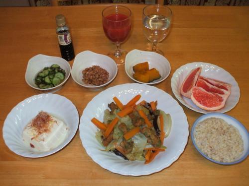 今夜の自作ヘルシーディナー。メインは野菜の煮物。炊飯器で発芽玄米を炊き、カボチャの煮物、酢の物を作る。納豆、冷ややっこ、フルーツを添えれば立派な夕食である。