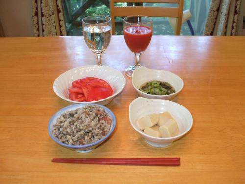 朝の散歩をすませシャワーをあびて、朝食の準備をする。朝食は昨夜の残り物が基本。「梅干し入り発芽玄米のおじや」「高野豆腐」「もずくときゅうり」「トマト」「野菜ジュース」