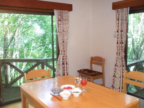 コテージの朝のヘルシー朝食。カーテンを全開し、森を眺めながらゆっくり朝食を食べる。