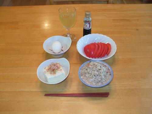 翌日の朝食。美食が続いてきたので、しばらくはヘルシー朝食。梅干し入り発芽玄米のおじやがうまい。