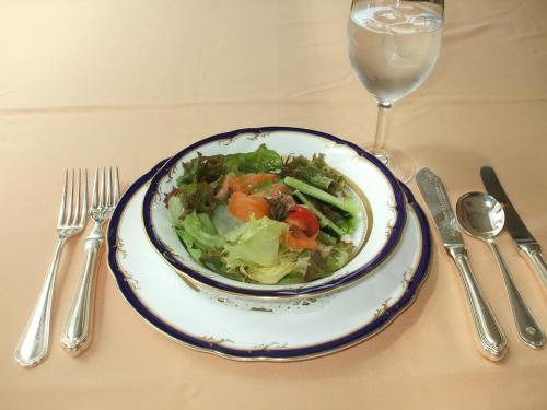 この日のランチはコースメニューから「チキンソテー」(1995円:税込サ別)を注文。<br />写真:シェフの気まぐれサラダ<br />高原野菜がみずみずしくておいしい。
