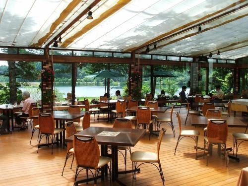 レストラン「ル・プラトー」のガーデンテラス(写真)で昼食にする。