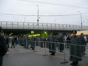 地下鉄でスタジアムへ。会場の最寄り地下鉄駅はスパルチーブナヤ駅。我々はその3つ隣から乗車したが、そこからの光景は圧巻の一言。車内はイングランドのサポーターで埋め尽くされ、応援歌の大合唱。駅に到着しても、ホームから外にまで響き渡る歌声、本場さながらの雰囲気に、大興奮だった。<br /><br /> スタジアムに到着しても、サポーターの大合唱は止まらない。むしろ、それ以上だ。異様な熱気に包まれた雰囲気に圧倒される。試合前の開催セレモニーがはじまる。アンセム(試合前の選手入場の際に演奏される楽曲)が流れ、アドレナリン大放出!出場選手、それから試合に立ち会う者全ての気持ちが高揚し、会場のボルテージはぐんぐん上昇する。まさに<br /><br />「НЕТ СЛОВ(言葉に言い表せない)」、<br /><br />それがぴったりの表現だ。本当に言葉はいらなかった。表現のしようがない、そんな素晴らしい場に酔いしれるのみだった。<br /><br /> 私の席の右隣に親子がいた。子どもは6歳くらいの男の子だった。モスクワで起きた一夜の夢は、きっとこの子の胸に深く強く刻まれたに違いない。