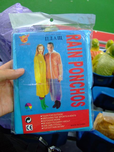 場内は長傘持ち込み禁止(安全検査で没収)な代わりにポンチョの無料配布がありました。怪しいロシア語が印刷されていますが中国製でした。