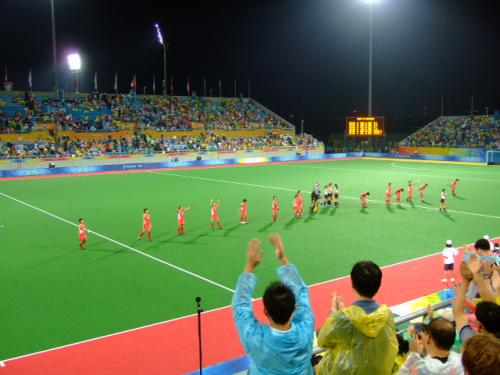 試合後、観客に挨拶するさくらJAPAN。中国人観客は試合中はもっぱらARGENTINEの応援に終始していましたが、このときには暖かい拍手が送られました。サッカーとは随分違います。北京だから、かな?