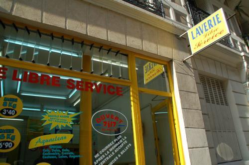 私たちが利用したパリのコインランドリーの入口。