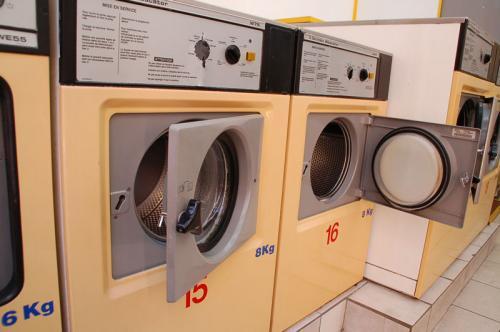 こちらが洗濯機のほう。6kgと8kgがあったが、私たちは洗濯物が多かったので、8kgの洗濯機を利用した。<br /><br />パリのコインランドリーにある洗濯機は、二度洗いをするらしく、洗剤を入れる場所が二箇所あった。おじさんのフランス語と身振り手振りの説明によると、1と書かれている場所に洗剤を入れると、一度目の洗浄で使用されるらしい。また、2と書かれている場所に洗剤を入れると、二度目の洗浄で使用されるらしい。
