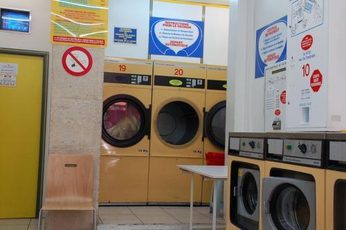 奥にあるのが乾燥機。利用代金は何と0.5ユーロ。しかし、回っていたのはわずか十分程度だった。