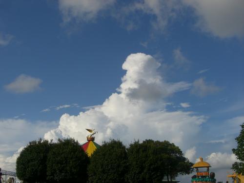 羊みたいな雲。<br /><br /><br />後から気づいたけど手前のペガサスとシンクロしてます。