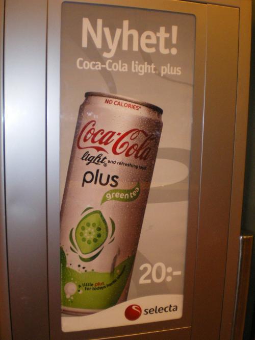スウェーデンには緑茶コーラがありました。<br /><br />試飲してみようと購入しましたが・・・主人が道で落として…爆発しました。<br /><br />なんとか缶に残っていた残りを飲んでみましたが、爆発したせいか、炭酸は抜けていて、なんとも言えない味でした。