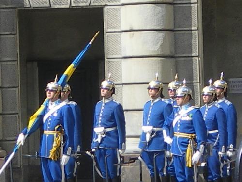 衛兵交代式が行われていました。<br /><br />ロンドンの宮殿でもしているけれど、スウェーデンでもあるんですね。
