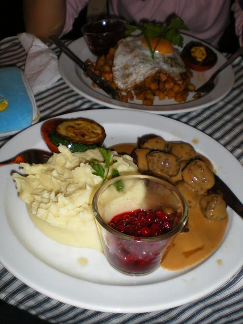 食べたのは手前がスウェーデン名物の肉団子。めちゃくちゃおいしかったです。ソースにもポテトにも、たっぷりとクリームが入っています。<br /><br />この肉団子につけるのは、リンゴンベリーというベリーの砂糖煮。ミートボールにジャム? と日本人なら思ってしまうんですが、これがおいしい!! 持って帰りたいと思ったくらい、おいしかったです。リンゴンベリーは一体何だろう、と思っていたのですが、日本語は「こけもも」! 子供のころ読んだ本に出てきていったいなんだろうと思っていたこけももは、これだったなぁって思いながら食べました。イギリスでクリスマスのとき、ターキーに添えて食べる「クランベリー」に似ていますが、クランベリーよりずっとおいしいです。<br /><br />奥に見えるのが、ピッティパンナという料理。玉ねぎや肉を賽の目に切って、目玉焼きを乗せた料理。おいしかったけれど、これなら私でも作れそう。<br /><br />それにしても、さすが北欧、高いです…<br />メインディッシュが軽く100クローナ以上します。つまり、日本円で1700円くらい? かなり古いガイドブックを見て行ったのですが、そのガイドブックでは結構お手頃な値段のお店に入っていました。ひぇー!!