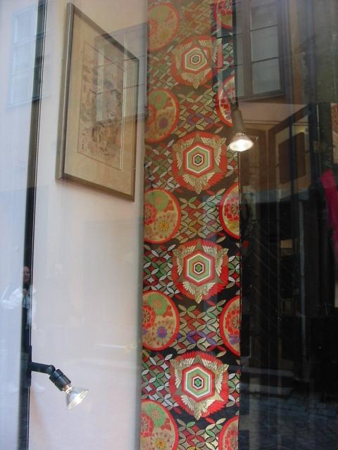 骨董屋さんにはきれいな帯が何本かありました。お店が閉まっていたので残念。