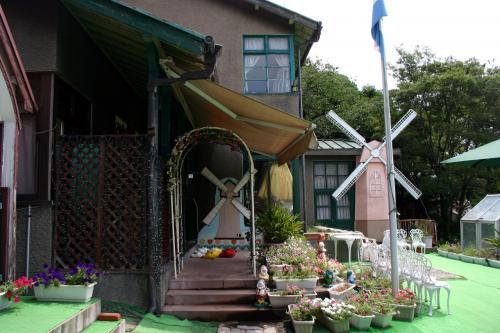 「オランダ館」のお庭。<br />かなり作り物感のある風車が可笑しい(笑)<br />私が行った頃はイマイチのお庭でしたが、<br />春のチューリップの時期には2000本のチューリップが咲き誇って<br />なかなかのお花畑が楽しめるようです。