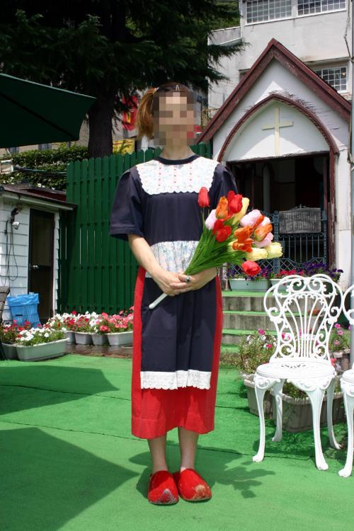 女の人はオランダの民族衣装を着る事ができます。<br />これも入場料の中に入ってます。<br />だから、この異人館は中の美術品や建物を楽しむというより、<br />500円でお茶を飲んで民族衣装を着るって思ったら納得できる異人館でした。