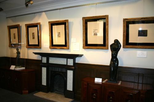 入ってすぐの1階のお部屋。<br />お部屋の壁には、バロック時代の巨匠レンブラント、<br />ドイツ・ルネッサンスの代表的な画家デューラー、<br />18世紀イギリスの風刺画家ホーガースらの版画が展示されてます。