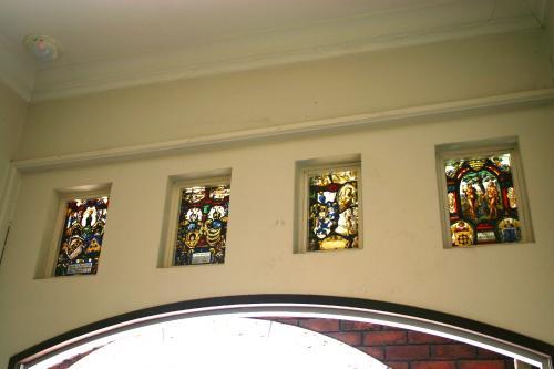 入口の上部には<br />4枚のステンドグラスが飾られています。<br />ちっちゃいけれど、光が差し込むととっても綺麗♪<br />そして、描かれている描写も細かくって素敵。