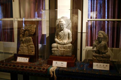 次のお部屋にはタイ、ガンダーラの仏教美術作品が鎮座中。<br />これも又すごいお宝なんでしょうね〜〜