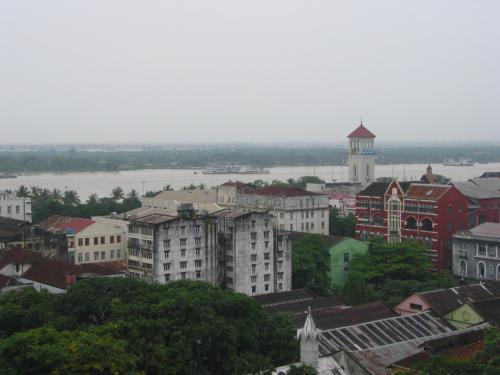 泊まったホテルの上の方の階から。<br />ヤンゴン川が見える。