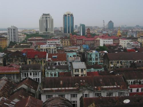 ヤンゴンにはこんなに大きなビルもあるんだなぁ。<br />