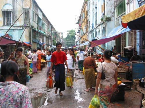 大きなビルもあるが、市場のような通りもある。<br />なんかほっとする。<br />