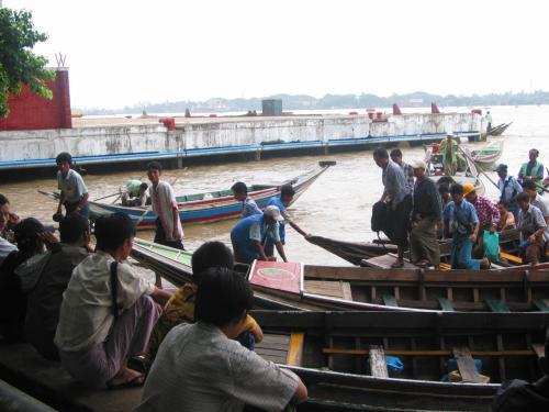 朝のヤンゴン川の通勤通学の風景。<br />向こう岸からこちら岸にやってくる。<br />