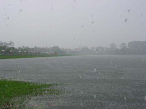 なんとかという池だか湖だかに行ったが、大雨。<br />雨が降ってないときはデートスポットらしい。