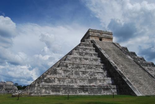 ククルカンのピラミッド。左下がヘビ神様「ククルカン」の頭の部分。この頭に秋分の日に天界からヘビ神様が地上界に降りてくるというククルカンの降臨を見ることが出来ます。