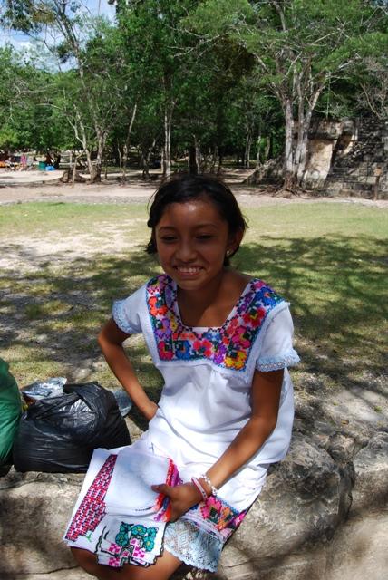 マヤの女の子。遺跡内で刺繍の入ったハンカチを売ってました。お土産に是非買ってあげましょう。