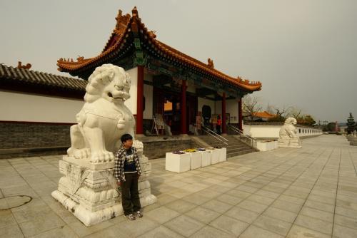 広々とした門がまえです。<br />中国に来たみたいです。<br />駐車スペースも広いです。<br />駐車スペース横のお土産屋もひろびろ・・・